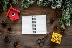 Para resumir el año Cuaderno cerca de los juguetes de la Navidad y decoración del Año Nuevo en la opinión superior del fondo de m Fotos de archivo
