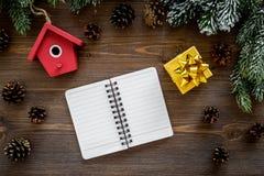 Para resumir el año Cuaderno cerca de los juguetes de la Navidad y decoración del Año Nuevo en la opinión superior del fondo de m Imagenes de archivo