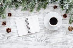 Para resumir el año Cuaderno y café cerca de la rama spruce en la opinión superior del fondo de madera ligero Fotografía de archivo