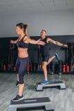 Para robi ćwiczeniom nad krokami w sprawności fizycznej centrum zdjęcie stock