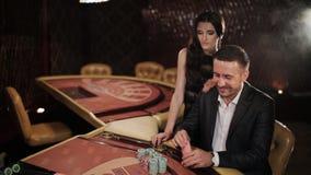 Para robi dużemu zakładać się w blackjack w kasynie zbiory