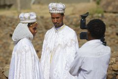 Para robi ślubnej fotografii w tradycyjnych sukniach, Axum, Etiopia Fotografia Stock