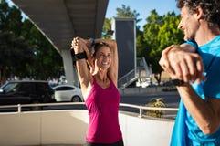 Para robi rozciągania ćwiczeniu w ulicie obraz stock