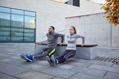 Para robi triceps upadu ćwiczeniu outdoors obraz stock
