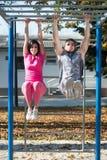 Para Robi ćwiczeniu Z upadu barem w parku Obrazy Stock
