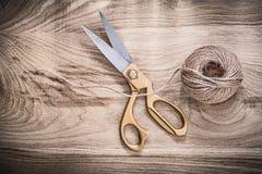 Para roczników złoci nożyce linowi na drewnianej desce fotografia stock