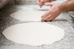 Para rodar la pasta para la pizza imagenes de archivo
