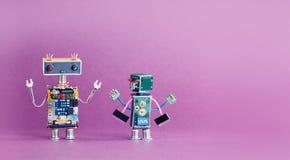 Para roliga robottecken på rosa violett bakgrund begrepp för industriell revolution 4 Cyberleksakhand upp kopiera avstånd Arkivbild