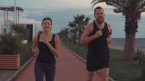 Para rozgrzewkowa w górę jogging w parku zbiory