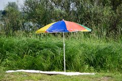 Para słońc loungers i plażowy parasol na opustoszała plaża doskonalić urlopowym pojęciu royalty ilustracja