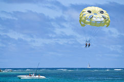 Para-sailing. A couple of women para-sailing above the Caribbean ocean Royalty Free Stock Photos