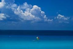 Para-sailing en Cancun Imagen de archivo libre de regalías