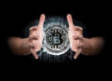 Para samiec wręcza odkrywać hologram bitcoin Obraz Stock