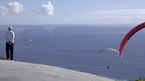 Para-Segelflugzeug, das in Winde über Cape Town startet stock footage
