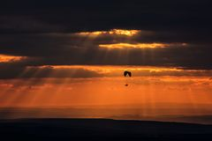 Para-Segelflugzeugfliegen in einer erstaunlichen Sonnenunterganglandschaft Lizenzfreie Stockfotos