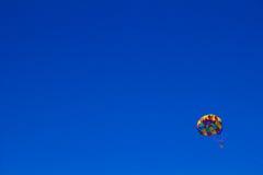 Para-Segeln im klaren blauen Himmel Stockfoto