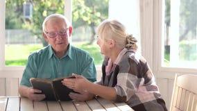 Para senior czytelnicza książka zbiory