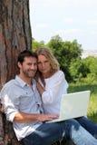 Para siedząca w polu Obrazy Royalty Free
