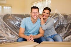 Para siedzi nową kanapę Obrazy Royalty Free