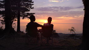Para Siedzi przy campind przy nocą zdjęcie wideo