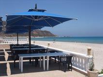 Para-sol e o mar Fotografia de Stock Royalty Free