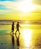 Para spacer na plaży Zdjęcie Stock