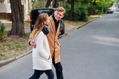 Para spaceru czasu wolnego uliczna przypadkowa daktylowa rozrywka zdjęcie royalty free