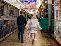 Para spaceruje przez Jawnego rynku przy nocą Obraz Royalty Free
