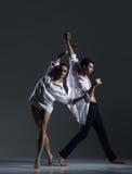 Para sporty baletniczy tancerze w sztuka występie Fotografia Royalty Free