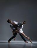 Para sporty baletniczy tancerze w sztuka występie Zdjęcie Stock