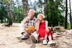 Para starsi ludzi czuje rozważnego i inspirowanego obsiadanie na plaży zdjęcia stock