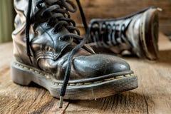 Para starzy buty na drewnianych podłogowych deskach obrazy royalty free