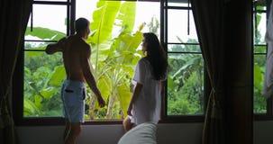 Para Stoi Blisko okno Opowiada Patrzeć Na ranku widoku, mężczyzna I kobiety całowania uścisku W sypialni, zbiory wideo