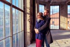 Para stoi blisko wielkiego okno Zdjęcia Stock