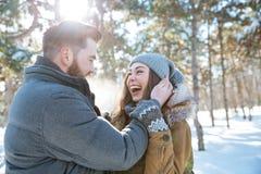Para stoi wpólnie w zima parku Fotografia Royalty Free