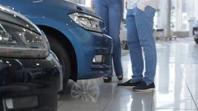 Para stojaki blisko błękitnego samochodu zbiory wideo