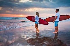 Para surfingowowie chodzi na wybrzeżu w Indonezja fotografia royalty free