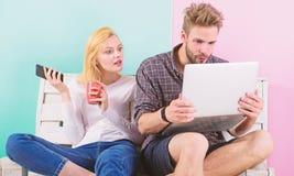 Para surfingu interneta przeniesienia zawartości socjalny sieć Szokująca zawartość Para twórców zadowolona praca z laptopem i obraz royalty free