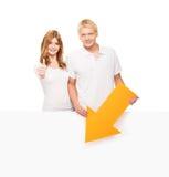 Para szczęśliwi nastolatkowie z białym pustym sztandarem Fotografia Stock