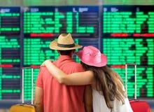 Para szuka ich lot przy deską zdjęcia stock