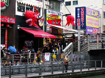 Para takoyaki que espera, puente de Tazaemon, Dotonbori, Osaka, Japón Foto de archivo