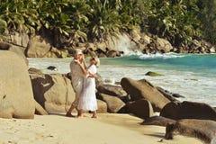 Para taniec na tropikalnej plaży Obrazy Stock