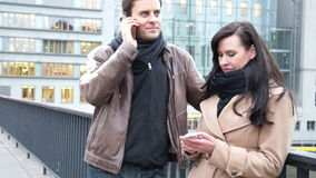Para texting i opowiada na ich telefonach komórkowych zbiory wideo