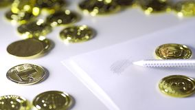 Para tirar o bitcoin no papel Brilho das moedas UHD vídeos de arquivo