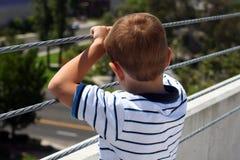 Para trás da cabeça do menino que olha a vista Imagens de Stock