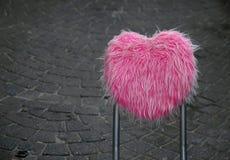 Para trás da cadeira cor-de-rosa na rua Imagem de Stock Royalty Free