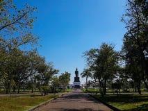 Para trás da estátua de passeio de buddha contra o céu azul claro Imagens de Stock Royalty Free