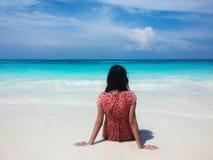 Para trás da mulher asiática molhada que olha o mar e o céu claros Imagem de Stock