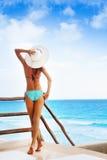 Para trás da mulher bonita no biquini com chapéu branco foto de stock royalty free