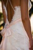 Para trás da noiva no vestido de casamento Fotografia de Stock